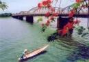 Phân tích vẻ đẹp của con sông Hương trong bài kí Ai đã  đặt tên cho dòng sông? của Hoàng Phủ Ngọc Tường.