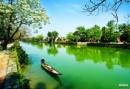 Hãy cho biết trong bài kí Ai đặt tên cho dòng sông? của nhà văn Hoàng Phủ Ngọc Tường, sông Hương khi chảy vào thành phố có nét đặc trưng gì? Phát hiện của tác giả về nét riêng biệt của dòng sông cho thấy những điều gì trong tình cảm của tác giả với xứ Huế