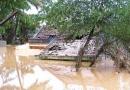 Các hạn chế về tự nhiên đã ảnh hưởng như thế nào đến việc phát triển kinh tế - xã hội ở Đồng bằng sông Hồng?
