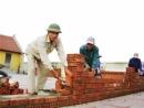 Tả một người đang xây nhà