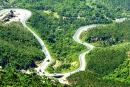 Quan sát hình 4, mô tả đoạn đường vượt núi trên đèo Hải Vân.