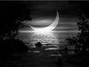 Bằng hình ảnh trăng hiện ra đột ngột giữa khung