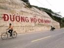 Phân tích bài thơ Đi đường của Hồ Chí Minh để làm sáng tỏ nhận định sau:Từ những bài thơ viết trong hoàn cảnh nhà tù dưới chế độ Tưởng Giới Thạch tàn bạo và mục nát toát ra một phong thái ung dung, một khí phách hào hùng, ý chí sắt đá