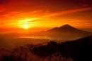Viết đoạn văn ngắn tả hình ảnh Mặt Trời mọc trên quê hương em