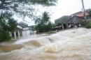 Em đã chứng kiến cảnh bão lụt ở quê mình hoặc xem cảnh đó trên truyền hình, hãy tả lại trận bão lụt khủng khiếp đó