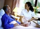 Em hãy tả nữ y tá đang chăm sóc bệnh nhân