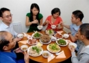 Kể lại bữa cơm sum họp đầm ấm của gia đình vào chiều 30 Tết