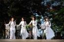 Các nữ sinh thời nay nên mặc áo dài truyền thống hay trang phục hiện đại?
