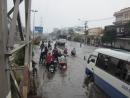 Bạn Lan Anh làm bài văn tả cảnh đường phố lúc trời mưa. Bài văn có đoạn, nhưng chưa đoạn nào hoàn chỉnh. Em hãy giúp bạn viết thêm vào những chỗ có đấu (...) để hoàn chỉnh nội dung của bài văn