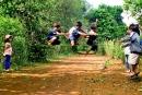 Tả về đám trẻ con vùng quê đang vui chơi