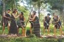 Em hãy nhận xét về trang phục truyền thống của các dân tộc trong các hình 1,2,3, 5, 6.