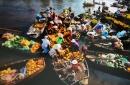 Quan sát hình 9, em hãy mô tả về chợ nổi trên sông.
