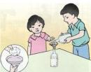 Hãy dùng phễu có lót bông để lọc hai chai nước