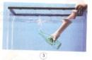 """Nhúng chìm một chai """"rỗng"""" có đậy nút kín vào trong nước, bạn nhìn thấy gì nổi lên mặt nước?"""