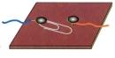 Chèn vào chỗ hở của mạch một miếng nhôm, đèn có sáng không ? Miếng nhôm có cho dòng điện chạy qua không ?