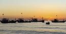 Đoàn thuyền đánh cá trên biển trong đêm trăng
